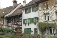 Villaggio svizzero idilliaco, con lavoro, gli otturatori e i flowerboxes di legno Immagine Stock