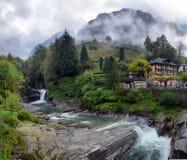 Villaggio svizzero nelle montagne Immagini Stock Libere da Diritti