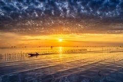 Villaggio tailandese del pescatore di tempo di alba in Bangtaboon Petchaburi, Th Fotografia Stock Libera da Diritti