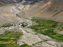 Villaggio tibetano in una valle circondata dalle montagne, Tibet, Cina fotografie stock