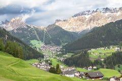 Villaggio in Tirolo del sud, dolomia, Italia della selva Fotografia Stock