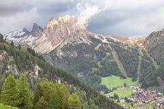 Villaggio in Tirolo del sud, dolomia, Italia della selva Immagini Stock Libere da Diritti
