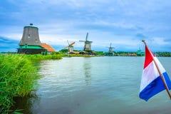 Villaggio tradizionale con i mulini a vento olandesi ed il fiume al tramonto, Paesi Bassi Fotografie Stock Libere da Diritti