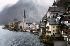 Villaggio tradizionale di Lakeside nelle alpi austriache un giorno piovoso Fotografie Stock