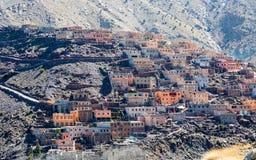 Villaggio tradizionale modesto di berbero con le case cubiche nel mou dell'atlante Fotografia Stock