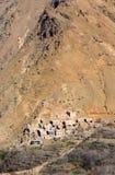 Villaggio tradizionale modesto di berbero con le case cubiche nel mou dell'atlante Immagine Stock