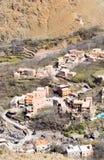 Villaggio tradizionale modesto di berbero con le case cubiche nel mou dell'atlante Fotografie Stock Libere da Diritti