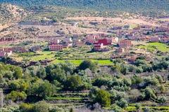 Villaggio tradizionale modesto di berbero con le case cubiche nel mou dell'atlante Fotografie Stock