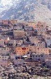 Villaggio tradizionale modesto di berbero con le case cubiche nel mou dell'atlante Immagini Stock