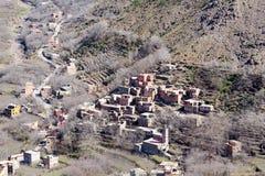 Villaggio tradizionale modesto di berbero con le case cubiche nel mou dell'atlante Immagini Stock Libere da Diritti