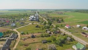 Villaggio urbano bielorusso - Radun con la chiesa cattolica La serie di video dal fuco stock footage