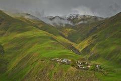 Villaggio in valle della montagna Fotografia Stock