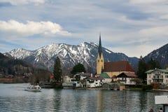 Villaggio vicino ad un lago Fotografia Stock Libera da Diritti