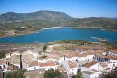 Villaggio vicino alla diga. immagine stock
