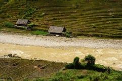 Villaggio vicino tramite la corrente Fotografia Stock Libera da Diritti