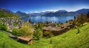 Villaggio Weggis, lago Lucerna, montagna di Pilatus ed alpi dello svizzero nei precedenti vicino alla città di Lucerna Immagini Stock Libere da Diritti