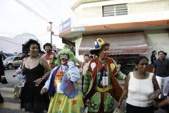 Villahermosa Tabasco, Meksyk,/- 12-15-2008: meksykańscy błazeny chodzi w dół ulicę zdjęcia stock