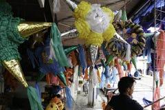 Villahermosa tabasco/Mexico - 12-15-2008: försäljning av material för partier och traditionella berömmar Fotografering för Bildbyråer