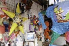 Villahermosa tabasco/Mexico - 12-15-2008: försäljning av material för partier och traditionella berömmar Arkivfoton