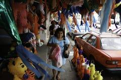 Villahermosa tabasco/Mexico - 12-15-2008: försäljning av material för partier och traditionella berömmar Arkivbild