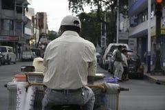 Villahermosa tabasco/Mexico - 12-15-2008: gatuförsäljare av fruktsafter som kör cykeln Royaltyfri Bild