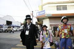 Villahermosa tabasco/Mexico - 12-15-2008: mexikanclowner som går ner gatan Arkivbild