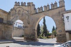 Villalar båge och Jaen port, Populo fyrkant, Baeza, Jaen, Spanien arkivbilder
