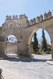 Villalar båge och Jaen port, Populo fyrkant, Baeza, Jaen, Spanien arkivbild