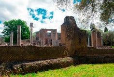 Villan Adriana i Tivoli Rome - Lazio Italien - byggnaden f?r tre Exedras f?rd?rvar i arkeologisk plats f?r den Hardrians villan a royaltyfri foto