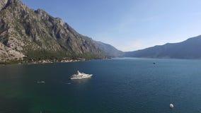Villan i bergen nära havet Montenegro fjärd av kotoen stock video