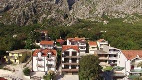 Villan i bergen nära havet Montenegro fjärd av kotoen arkivfilmer