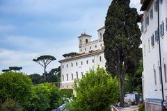 Villan Medici upptill av spanjormomenten med dess egyptiska obelisk i Rome Italien Arkivbild