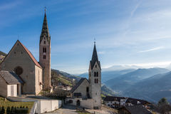 VILLANDERS SÖDRA TYROL/ITALY - MARS 27: Församlingkyrka och St Royaltyfri Foto