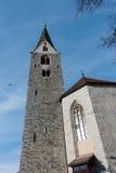 VILLANDERS SÖDRA TYROL/ITALY - MARS 27: Klockstapel av församlingen Fotografering för Bildbyråer