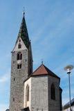 VILLANDERS SÖDRA TYROL/ITALY - MARS 27: Klockstapel av församlingen Arkivbild
