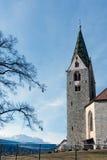 VILLANDERS SÖDRA TYROL/ITALY - MARS 27: Klockstapel av församlingen Arkivfoto