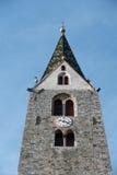 VILLANDERS SÖDRA TYROL/ITALY - MARS 27: Klockstapel av församlingen Royaltyfria Bilder