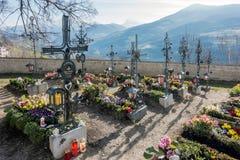 VILLANDERS SÖDRA TYROL/ITALY - MARS 27: Kyrkogård av Paris Arkivbild
