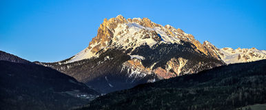 VILLANDERS, SÜD-TYROL/ITALY - 26. MÄRZ: Ansicht der Dolomit stockbild