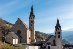 VILLANDERS, SÜD-TYROL/ITALY - 27. MÄRZ: Gemeinde-Kirche und St. Stockfotos