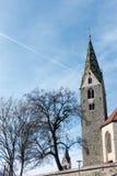 VILLANDERS, TYROL/ITALY DEL SUR - 27 DE MARZO: Campanario de la parroquia imágenes de archivo libres de regalías