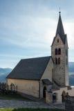 VILLANDERS, TYROL/ITALY DEL SUR - 27 DE MARZO: Iglesia dedicada a S foto de archivo libre de regalías