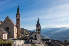 VILLANDERS, TYROL/ITALY DEL SUR - 27 DE MARZO: Iglesia parroquial y St Foto de archivo libre de regalías