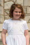 VILLANOVA, PA - 14-ОЕ МАЯ: Одеванная маленькая девочка получающ ее ели Стоковое Фото