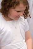 VILLANOVA, PA - 14-ОЕ МАЯ: Одеванная маленькая девочка получающ ее ели Стоковые Фото