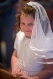 VILLANOVA, PA - 14-ОЕ МАЯ: Одеванная маленькая девочка получающ ее ели Стоковые Фотографии RF