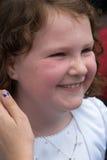 VILLANOVA, PA - 14-ОЕ МАЯ: Одеванная маленькая девочка получающ ее ели Стоковая Фотография