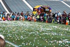 VILLANOVA, PA - 2 APRILE: Caccia dell'uovo di Pasqua ospiti di distretto di Radnor allo stadio di football americano dell'univers Fotografie Stock