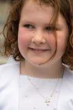 VILLANOVA, PA - 14 DE MAYO: Chica joven vestida encima de recibir sus abetos Fotos de archivo libres de regalías