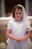 VILLANOVA, PA - 14 DE MAYO: Chica joven vestida encima de recibir sus abetos Imagen de archivo